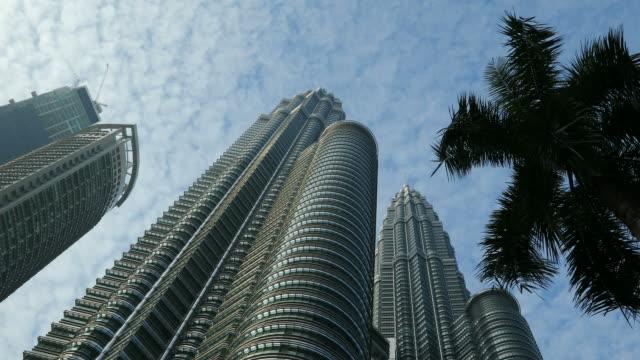 vídeos de stock, filmes e b-roll de lapso de tempo das petronas towers em kuala lumpur malásia - torres petronas