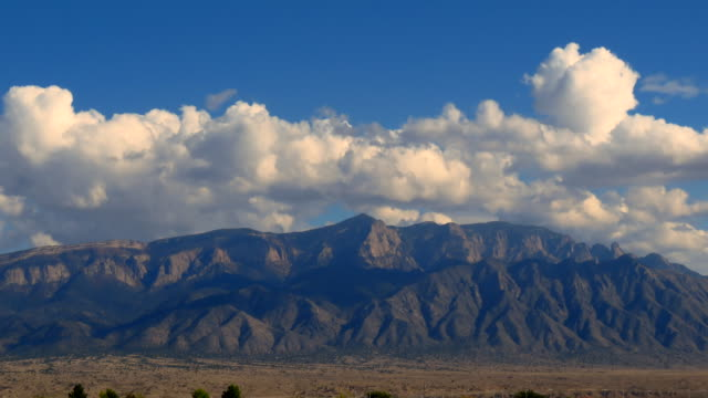 vídeos de stock, filmes e b-roll de time lapse of the sandia mountains in new mexico with cumulus clouds passing rapidly - novo méxico