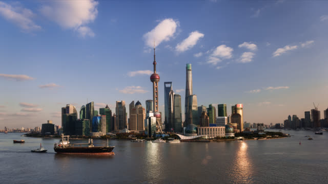 tl/ time lapse of the shanghai skyline, cargo ships on the pudong river passing by the financial district - 東方明珠塔点の映像素材/bロール