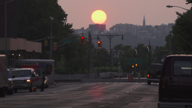 vídeos de stock e filmes b-roll de a time lapse of the sun setting over the hills of new jersey on 23rd sty and 11th.  cars and traffic speed by. - nova jersey