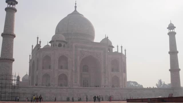 vídeos de stock, filmes e b-roll de time lapse of the taj mahal tourists in agra, india - mausoleum