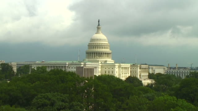 vídeos de stock e filmes b-roll de time lapse of the us capitol building - capitol hill