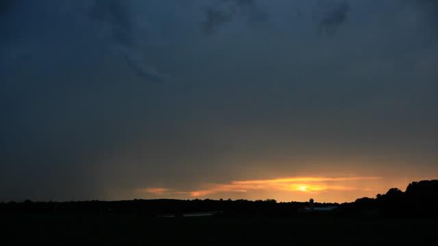 Zeitraffer von Gewitter und Blitze in den Sonnenuntergang