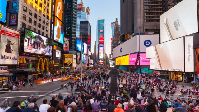 vídeos de stock e filmes b-roll de time lapse of times square at dusk - time lapse de trânsito