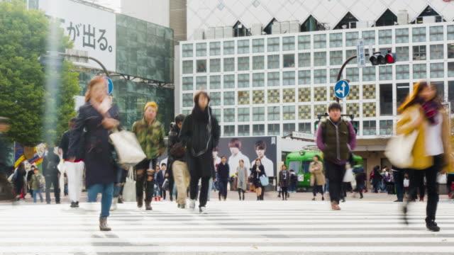 vídeos y material grabado en eventos de stock de lapso de tiempo de cruce de shibuya de tokio - paso de cebra