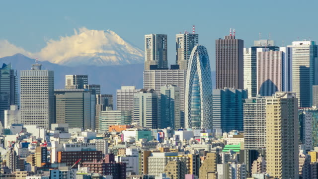 vídeos de stock e filmes b-roll de time lapse of tokyo skyline with mount fuji - bairro de shinjuku