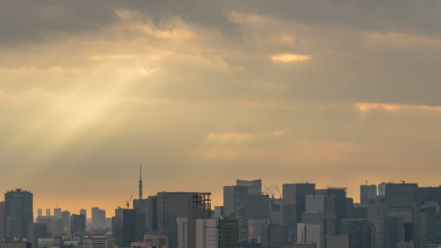 東京スカイツリーの4k 時間経過、日没時のタワーホール船堀展望塔からの太陽光線を持つ様々な建物の街並みを見つけ、日本 - 夕暮れ点の映像素材/bロール