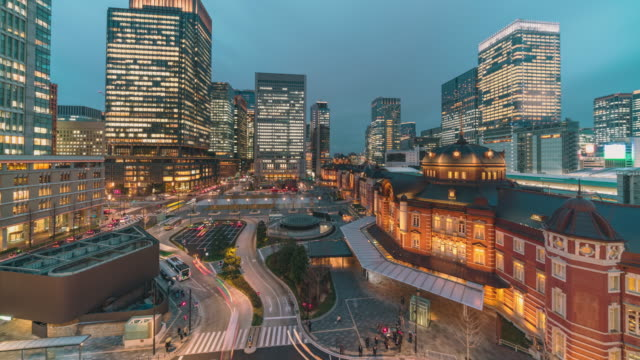 vídeos de stock e filmes b-roll de time lapse of tokyo station with various building cityscape and traffic road in tokyo, japan - cultura japonesa