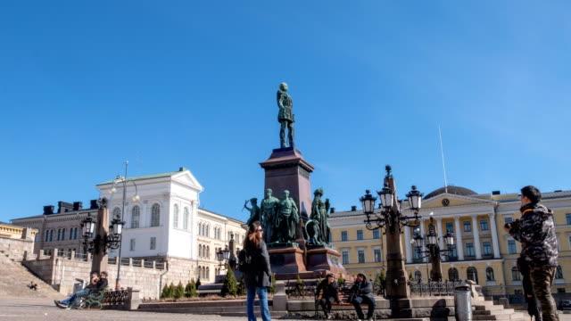 4K Zeitraffer der Touristenmasse auf dem Platz des Senats von Helsinki mit der Statue von Alexander II.