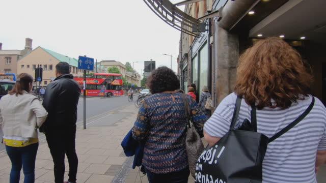 英国ケンブリッジ市の中心部を歩く観光歩行者のタイムラプス - イングランド ケンブリッジ点の映像素材/bロール