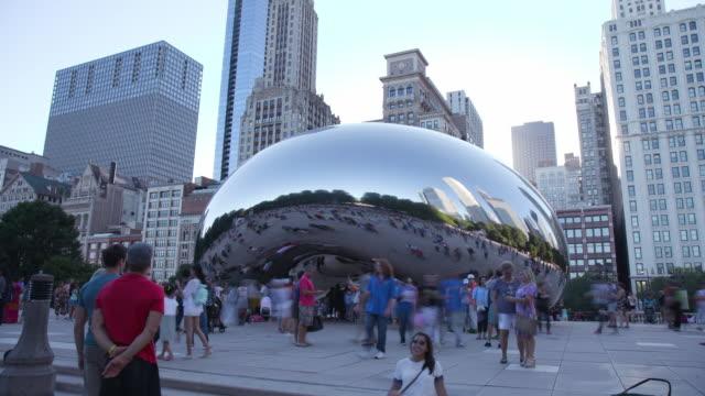 time lapse of tourists around cloud gate in chicago, wide shot - millennium park chicago bildbanksvideor och videomaterial från bakom kulisserna