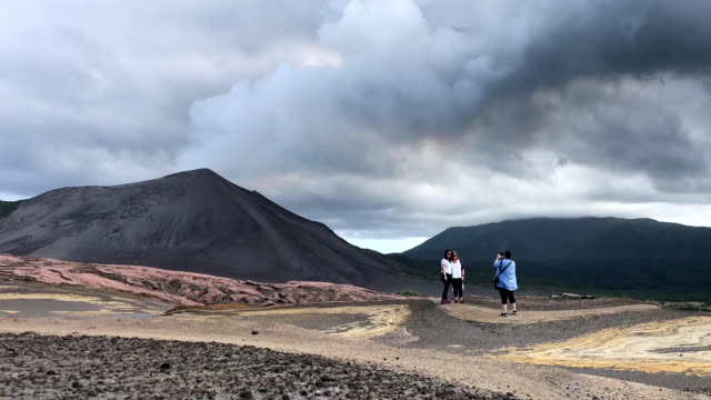 vídeos de stock e filmes b-roll de time lapse of tourists taking photos on their way to visit mount yasur volcano the main tourist attraction on the island on december 02 2019 in tanna... - ilhas do pacífico