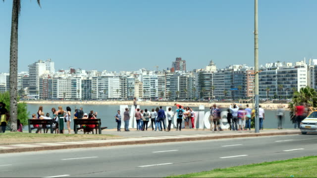 stockvideo's en b-roll-footage met time lapse of tourists visiting montevideo sign - uruguay