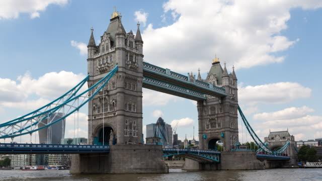 time lapse of tower bridge located in london city center - london bridge inghilterra video stock e b–roll
