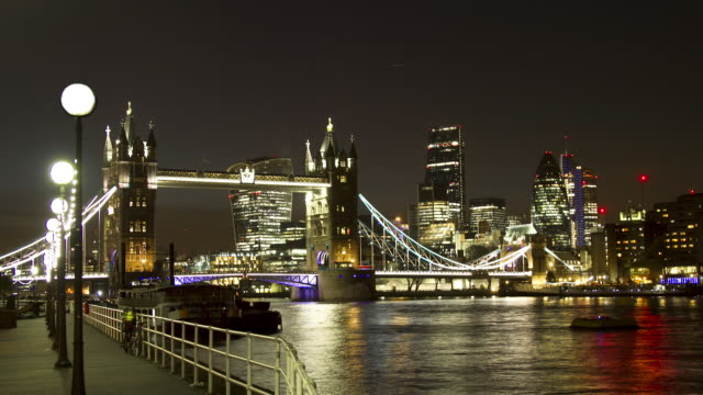 ws time lapse of tower bridge london at night - smith tower stock videos & royalty-free footage