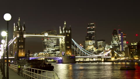 ws zo time lapse of tower bridge london at night - smith tower stock-videos und b-roll-filmmaterial