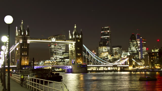ws zo time lapse of tower bridge london at night - smith tower stock videos & royalty-free footage