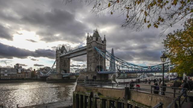 time lapse of tower bridge. - 跳開橋点の映像素材/bロール