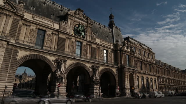 vidéos et rushes de time lapse of traffic going through and in front of arches on façade of the louvre museum on the quay francois mitterrand, paris, france - facade
