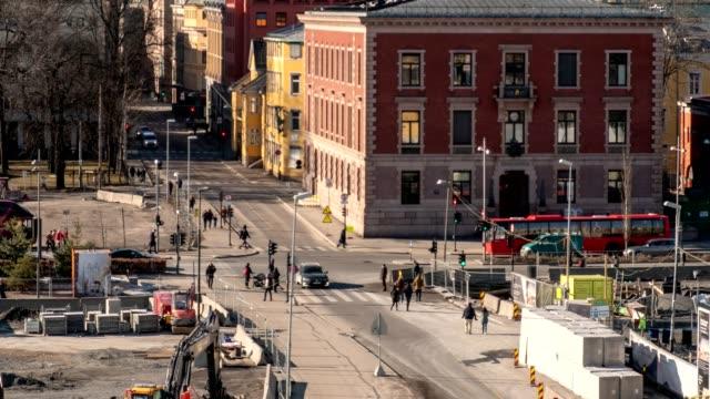 vídeos de stock, filmes e b-roll de lapso de tempo de trânsito no centro de bonito, com pessoas andando encruzilhada na cidade de oslo - ponto turístico