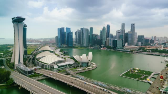 time lapse of traffic on benjamin sheares bridge to marina bay sands hotel, singapore, southeast asia, asia - bay of water stock-videos und b-roll-filmmaterial