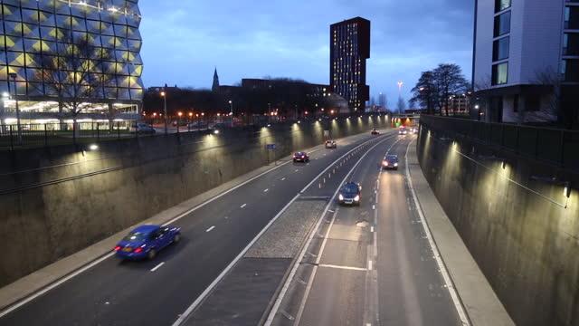 stockvideo's en b-roll-footage met time lapse van het verkeer op leeds inner ring road in de schemering - leeds