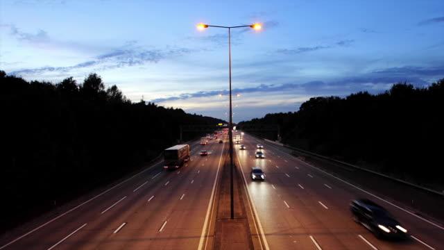 time lapse of traffic on m25 london orbital motorway - m25 video stock e b–roll