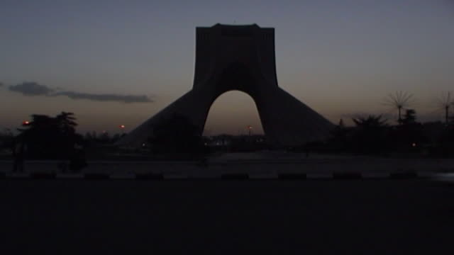 vidéos et rushes de time lapse of traffic on the azadi meydan roundabout at dusk. - tour d'azadi