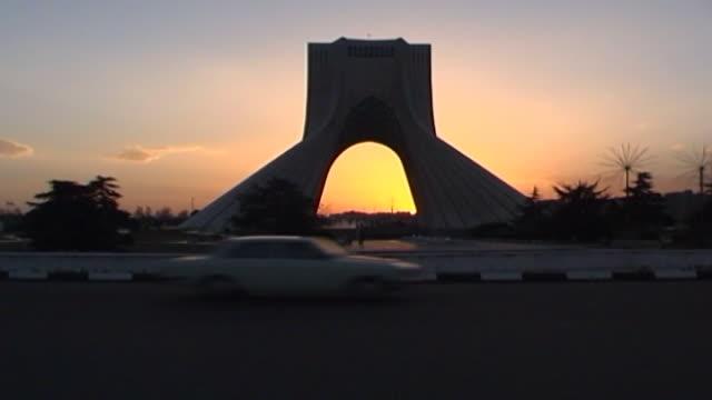 vidéos et rushes de time lapse of traffic on the azadi meydan roundabout at sunset. - tour d'azadi