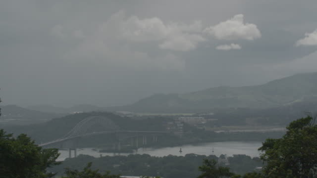 time lapse of traffic on the bridge of the americas with moving clouds - panamakanal stock-videos und b-roll-filmmaterial