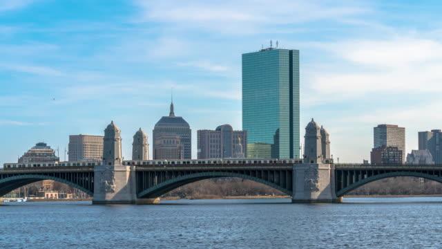 4K Time förfaller av drev spring över Longfellow överbryggar den Charles floden på afton tiden in Boston, USA stads-skyline, arkitektur och byggnad med trans. begrepp