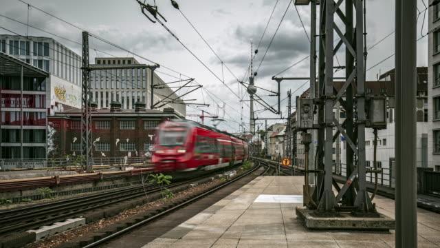zeitraffer der züge in berlin, deutschland - bahnhof stock-videos und b-roll-filmmaterial