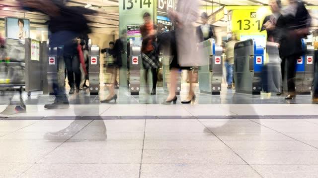 時間の経過旅行新大阪駅改札口での観衆の日本 - 高速列車点の映像素材/bロール