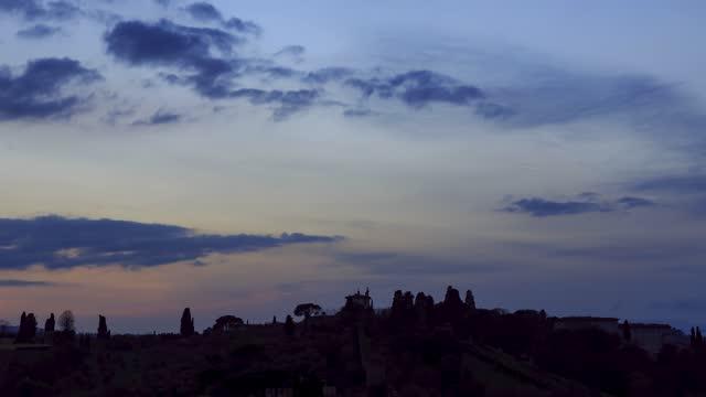 time lapse della campagna toscana al tramonto - controluce video stock e b–roll