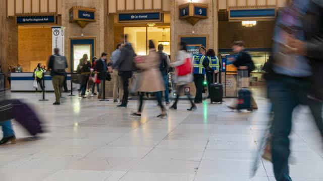 4k zeitraffer von undefinierten passagieren und touristen, die in der u-bahn-station in philadelphia, pennsylvania, usa spazieren gehen - philadelphia pennsylvania stock-videos und b-roll-filmmaterial