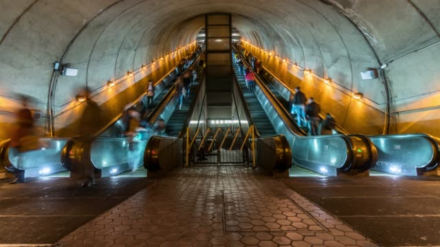 vídeos de stock e filmes b-roll de 4k time lapse of undefined passenger using escalator at washington dc metro train station in rush hour, united states, public transportation concept - washington dc