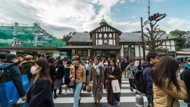 東京都原宿駅の竹下通りで、未定義の人々や観光客の方々が訪れ、トレンディなファッションを楽しむ4kタイムタイムタイムタイム。日本の文化と商店街のコンセプト - 地下鉄駅点の映像素材/bロール