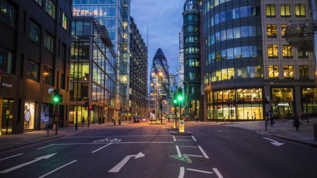 time lapse of vehicles moving on street against 30 st mary axe - esposizione lunga video stock e b–roll