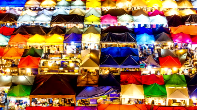 Zeitraffer des Gehens auf Nachtmarkt
