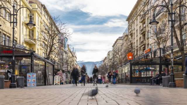 stockvideo's en b-roll-footage met time lapse van wandelende mensen op boulevard vitosha in stad sofia, bulgarije - boulevard