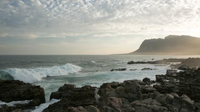 4K Zeitraffer der Wellen gegen die Felsen
