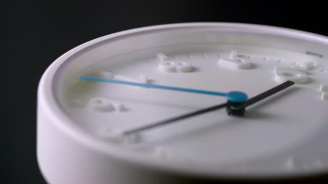 vidéos et rushes de laps de temps du visage d'horloge blanche avec l'ombre sur le fond noir - chiffre 8