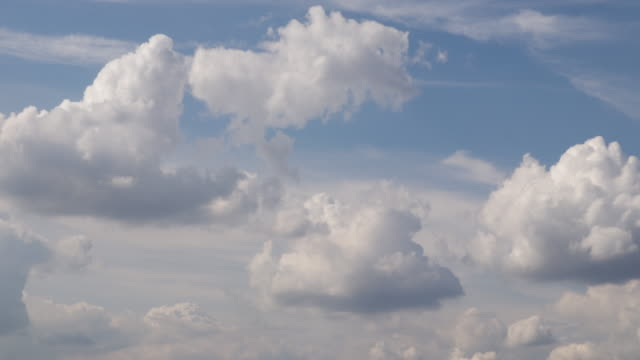 time lapse of white clouds forming and billowing in a blue sky - panorama di nuvole video stock e b–roll