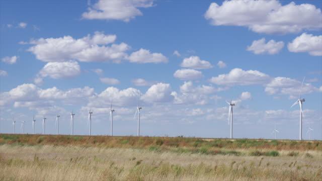 vídeos y material grabado en eventos de stock de time lapse of wind turbine mill in the southwest of america - oklahoma