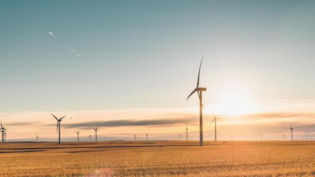 vídeos y material grabado en eventos de stock de lapso de tiempo de la turbina de molino de viento - suministro de energía