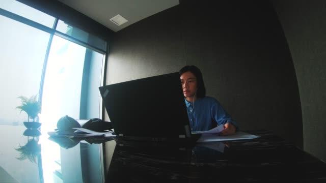 Zeitraffer von Frau Freelancer arbeitet und hören Musik in ihr Zuhause-arbeiten von zu Hause mit Freelancer-Konzept