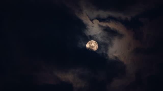 ダーククラウドで覆う黄満月のタイムラプス - 暦月点の映像素材/bロール