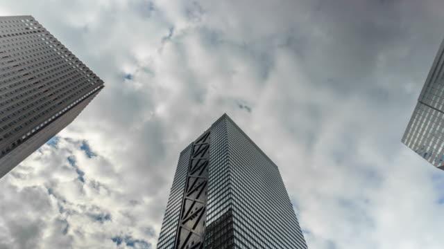 4k タイムラプスオフィスビルと空 - overcast点の映像素材/bロール
