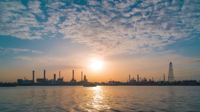 vídeos de stock e filmes b-roll de time lapse : oil refinery with river reflection - reflection