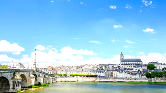 vídeos de stock, filmes e b-roll de intervalo de tempo: ponte antiga catedral e casas em blois - vale